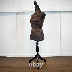 Femelle Tailor's Dummy Sur Un Stand En Bois Rwi5914 Vêtements De Couture D'artisanat